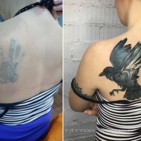 Тату ворон на плече