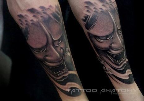 Мужское тату на предплечье в стиле хоррор японский дьявол