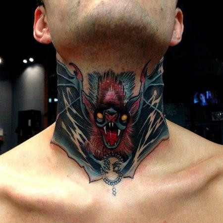 Мужское тату в стиле готика на шее летучая мышь
