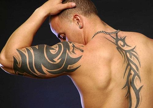 Трайбл тату мужское черно белое на плече на спине