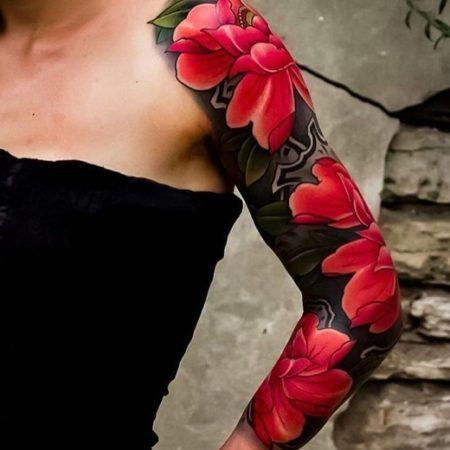 Женская татуировка на плече цветы