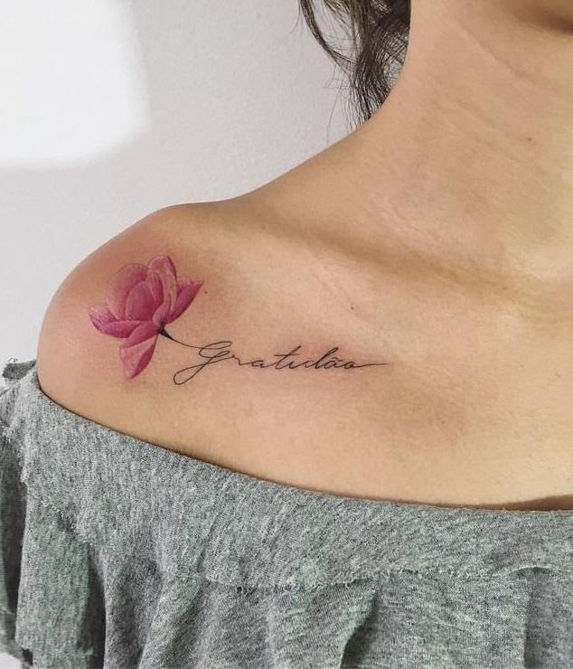 Женские тату надписи цветок цветное