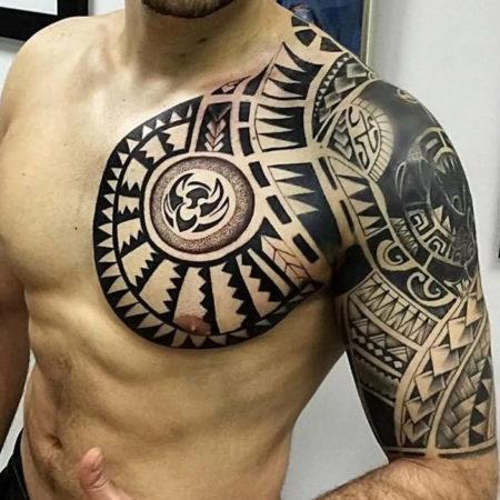 Мужское тату в этническом стиле на плече