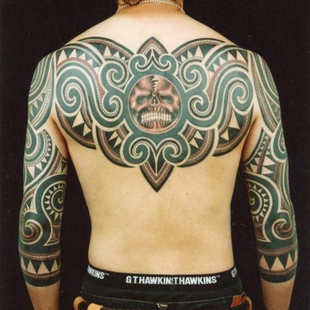 Мужское тату в этническом стиле на спине