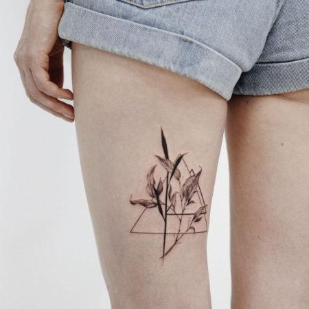 Женское тату в стиле минимализм на бедре