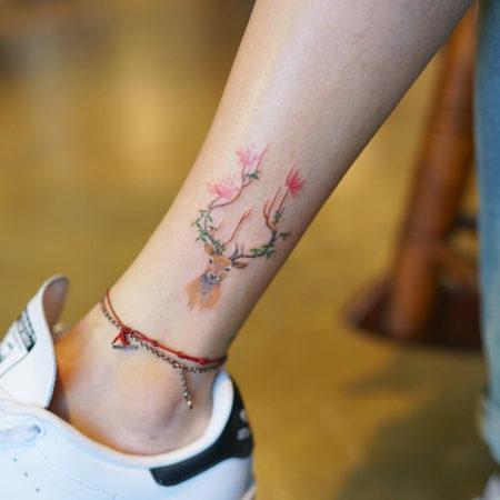 Женское тату на щиколотке в стиле минимализм олененок