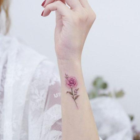 Женское тату на запястье в стиле минимализм розочка