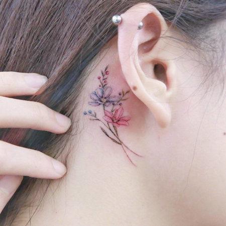 Женское тату в стиле за ухом минимализм цветы