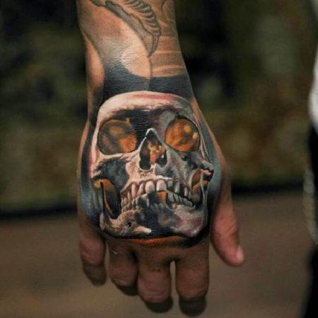 Мужское тату на кисти в стиле хоррор череп