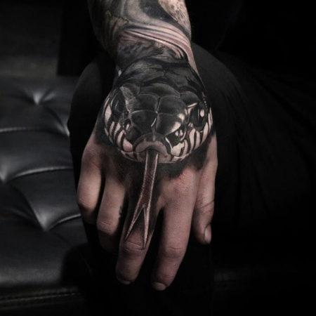 Мужское тату на кисти в стиле реализм змея