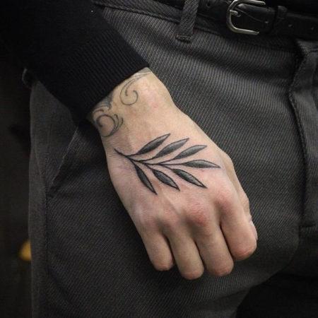 Мужское тату на кисти в стиле минимализм лист