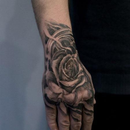 Мужское тату на кисти в стиле чикано роза