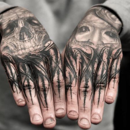 Мужское тату на кисти в стиле Black&Gray лица
