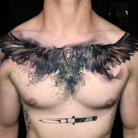 Мужское тату на ключице в стиле реализм птица