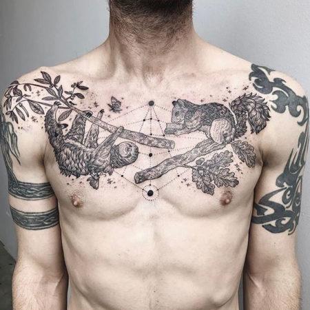 Мужское тату на ключице в стиле графика белка