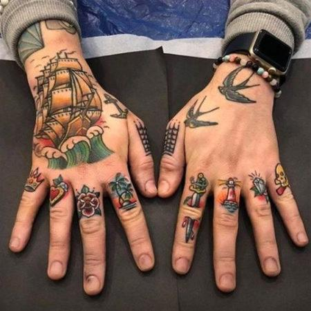 Мужское тату на пальцах в стиле олд скул символы