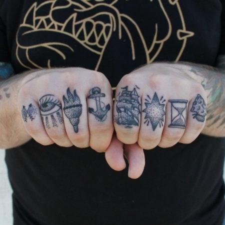 Мужское тату на пальцах в стиле олдскул