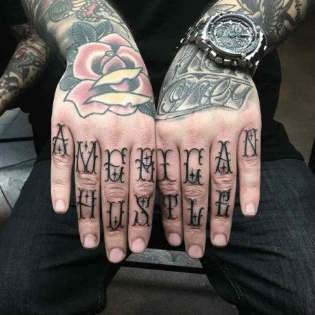 Мужское тату на пальцах в стиле надписи