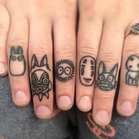 Мужское тату на пальцах в стиле знаки символы
