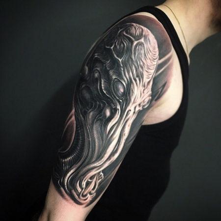 Мужское тату на плече в стиле Black&Gray