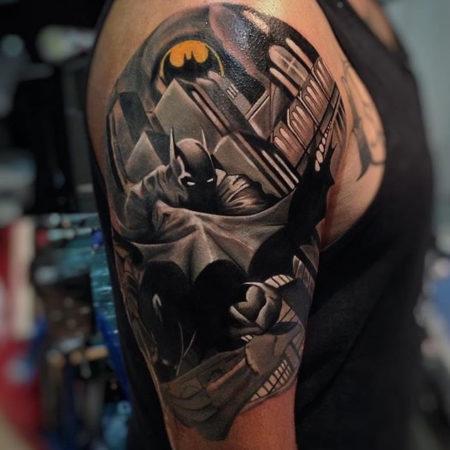 Мужское тату на плече в стиле нью скул бэтмэн