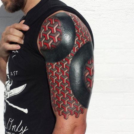 Мужское тату на плече в стиле орнамент