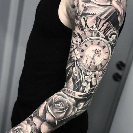 Мужское тату рукав в стиле Black&Gray часы цветы