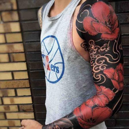 Мужское тату рукав в стиле блэкворк цветы