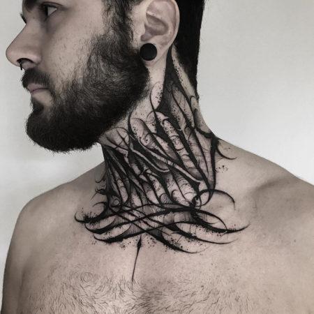 Мужское тату на шее в стиле готика
