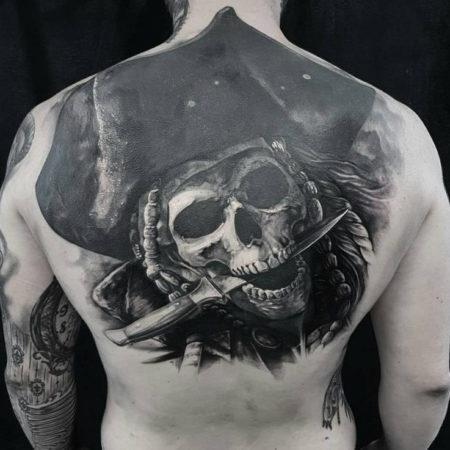 Мужское тату на спине в стиле хоррор пират