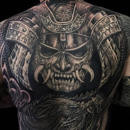 Мужское тату на спине в стиле хоррор