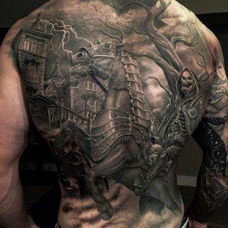 Мужское тату на спине в стиле хоррор скелет город конь