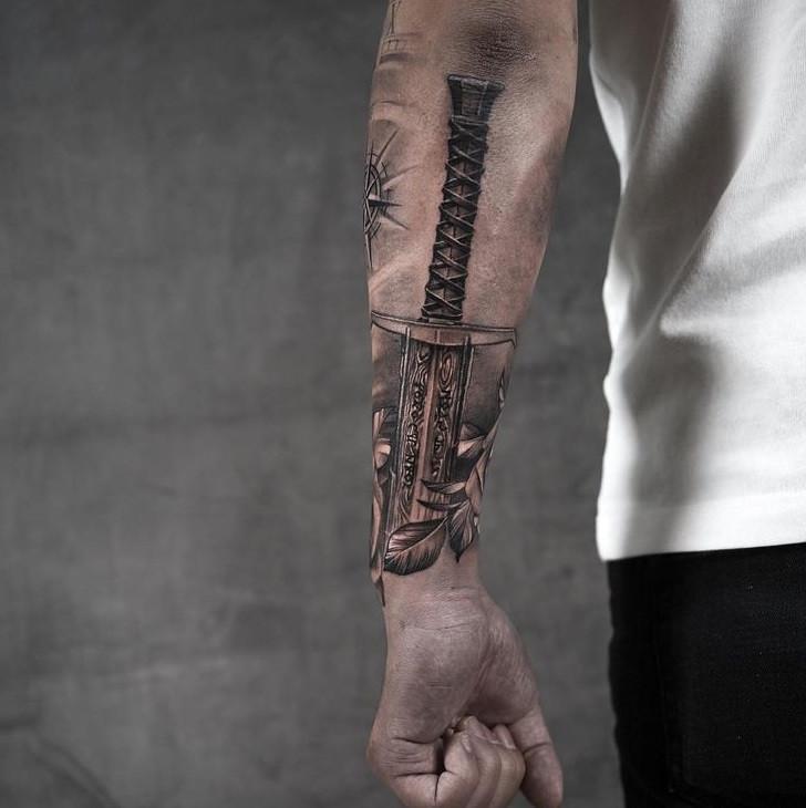 Мужское тату на запястье в стиле чикано меч