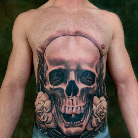 Мужское тату на животе в стиле готика череп