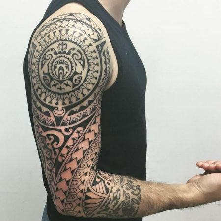 Мужское тату в полинезийском стиле рукав
