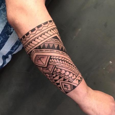 Мужское тату в полинезийском стиле на предплечье