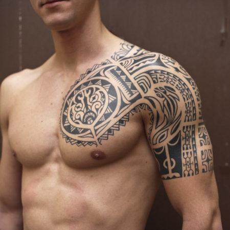 Мужское тату в полинезийском стиле на плече