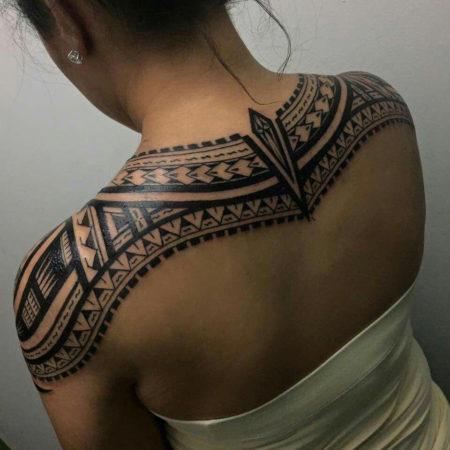 Женское тату в полинезийском стиле на лопатках