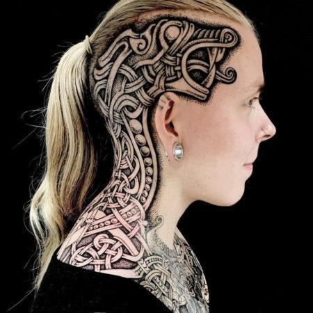 Женское тату в скандинавском стиле на голове