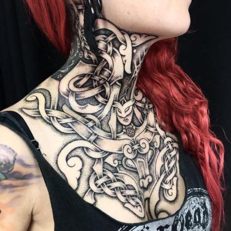 Женское тату в скандинавском стиле на шее