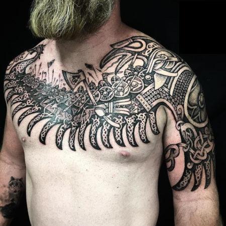 Мужское тату в скандинавском стиле на ключице