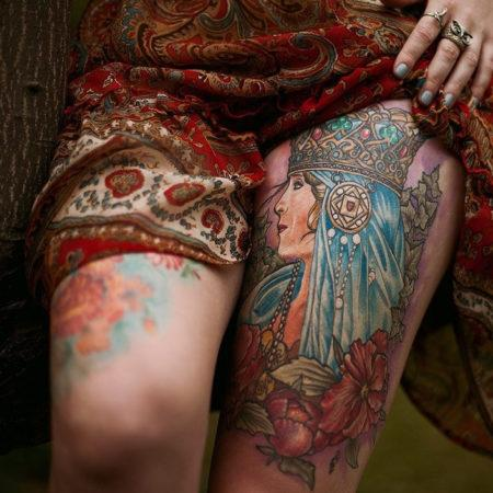 Женское тату в славянском стиле девушка на бедре