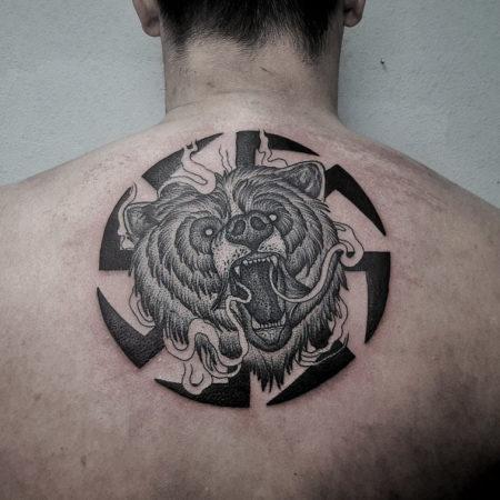 Мужское тату в славянском стиле на спине коловрат и медведь