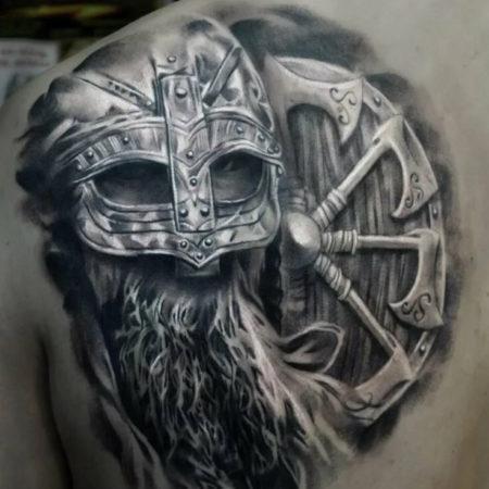Мужское тату в славянском стиле на лопатке коловрат
