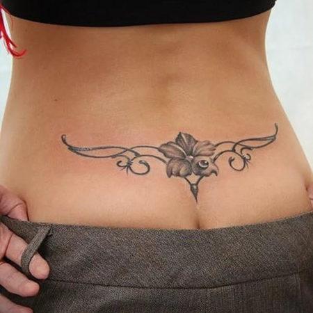 Женское тату на пояснице в стиле чикано цветок