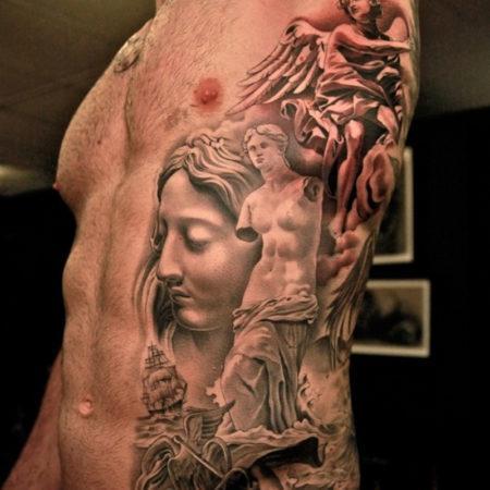 Мужское тату на боку в стиле гравюра античность