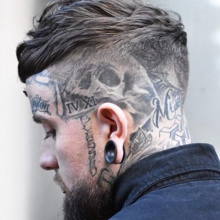 Мужское тату на голове в стиле готика череп надписи