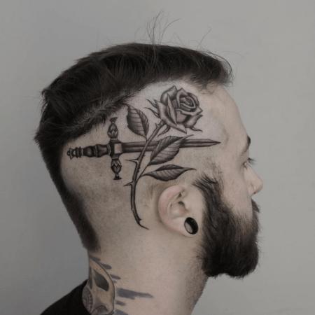 Мужское тату на голове в стиле готика роза и меч