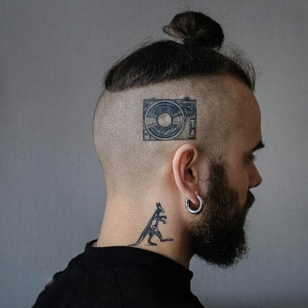 Мужское тату на голове в стиле минимализм граммофон
