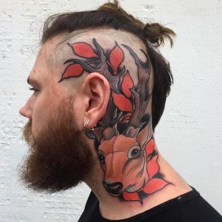 Мужское тату на голове в стиле олд скул олень